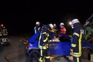 Die Feuerwehr beim Öffnen der verklemmten Beifahrertür – Foto: J. Preißinger