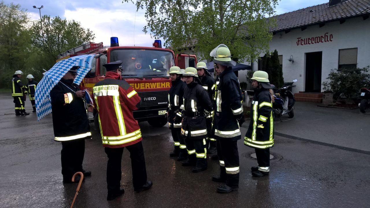 Feuerwehr-Inspektion in Bibertal-Bühl: Antreten zum Entgegennehmen der Befehle - Foto: Stefan Deutschenbaur